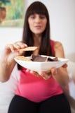 Mulher gravida que guarda a bacia com doces Imagem de Stock Royalty Free