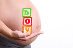 Mulher gravida que guarda o mundo do menino Fotografia de Stock Royalty Free