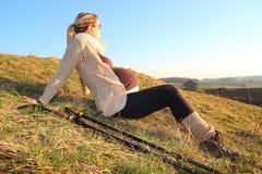 Mulher gravida que levanta uma ruptura durante uma caminhada Fotos de Stock Royalty Free