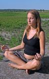 Mulher gravida que meditating Imagem de Stock