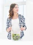 Mulher gravida que prepara o alimento de dieta na cozinha Imagens de Stock Royalty Free