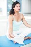Mulher gravida que senta-se na pose dos lótus com os olhos fechados Imagens de Stock