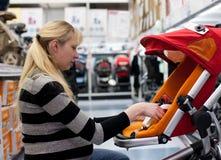Mulher gravida que shoping Fotos de Stock