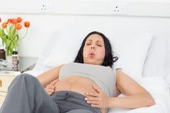 Mulher gravida que sofre do trabalho de parto Imagens de Stock Royalty Free