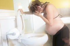 Mulher gravida que tem a doença de manhã durante Fotografia de Stock Royalty Free