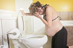 Mulher gravida que tem a doença de manhã durante a gravidez Conceito Fotografia de Stock Royalty Free