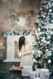 Mulher gravida que veste acima uma árvore de Natal Ano novo fotografia de stock royalty free