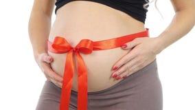 Mulher gravida saudável com curva vermelha na barriga, branco, close up filme