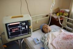 Mulher gravida sob a monitoração Fotografia de Stock Royalty Free