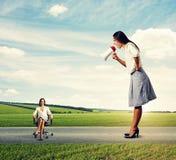Mulher gritando e mulher calma do smiley Imagem de Stock Royalty Free