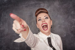 Mulher gritando irritada na blusa branca que indica Fotos de Stock Royalty Free