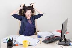 Mulher gritando irritada no escritório Imagens de Stock Royalty Free