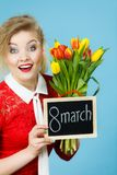 A mulher guarda as tulipas, placa com texto o 8 de março Imagens de Stock