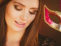 A mulher guarda o close up da máscara do carnaval Fotos de Stock