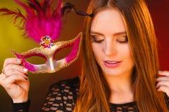 A mulher guarda o close up da máscara do carnaval Fotografia de Stock