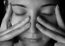 A mulher guarda seu nariz Fotos de Stock Royalty Free