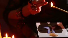 A mulher guarda um ritual da magia negra homens do período Usa a fotografia video estoque