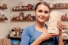 A mulher guarda um vaso em suas mãos fotos de stock royalty free