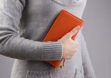 A mulher guarda uma bolsa nas mãos Fotografia de Stock