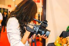 Mulher Handheld da câmera Foto de Stock Royalty Free