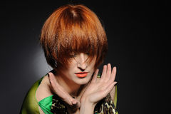 Mulher heaired vermelha bonita com penteado da forma fotografia de stock