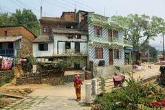 Mulher hindu e casas tradicionais bonitas em Bandipur imagem de stock