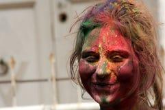 A mulher hindu indiana comemora Holi ou o festival hindu indiano das cores um acontecimento anual Imagens de Stock Royalty Free