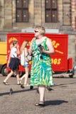 Mulher holandesa com a câmera de Fujifilm no quadrado da represa, Amsterdão, Países Baixos Foto de Stock Royalty Free