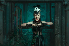 A mulher horrívea está na cripta e grita Fotos de Stock Royalty Free