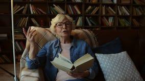 Mulher idosa agradável que compartilha de sua sabedoria video estoque
