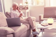 Mulher idosa agradável que tem uma conversação agradável imagens de stock royalty free