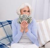 Mulher idosa com dinheiro fotos de stock royalty free