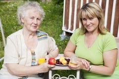 Mulher idosa com filha adulta Fotografia de Stock Royalty Free