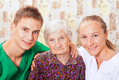 Mulher idosa com os doutores novos Imagens de Stock Royalty Free