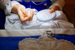 Mulher idosa com roupa típica laços bordados Fotografia de Stock