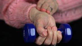 Mulher idosa com tentativa do peso a recuperação das junções filme