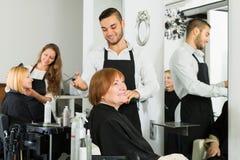 A mulher idosa corta o cabelo no cabeleireiro Fotografia de Stock Royalty Free