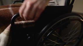 Mulher idosa da cadeira de rodas que vem na sala de lar de idosos, inabilidade, oferecendo-se vídeos de arquivo