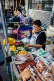 Mulher idosa de Tailândia que vende o alimento fotos de stock