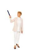 Mulher idosa do sorriso que aponta acima com pena do hege Fotografia de Stock Royalty Free