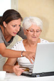 Mulher idosa e compra em linha Fotografia de Stock Royalty Free
