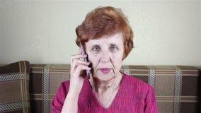 A mulher idosa fala pelo telefone filme