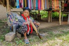 A mulher idosa fuma com bastão de bambu Imagens de Stock Royalty Free