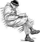 A mulher idosa lê um livro em um banco de parque Foto de Stock