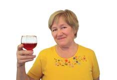 A mulher idosa levantou um vidro do vinho Imagens de Stock Royalty Free