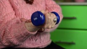 Mulher idosa na ligação em ponte cor-de-rosa com tentativa do peso a recuperação das junções video estoque