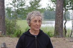 Mulher idosa no glade da floresta fotos de stock royalty free