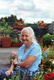 Mulher idosa no jardim Foto de Stock Royalty Free
