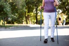 A mulher idosa que corre no parque com velocista cola Fotografia de Stock