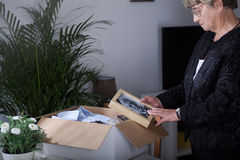 Mulher idosa que guarda a imagem velha Fotografia de Stock